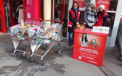 Prostovoljke in prostovoljec pomagali pri zbiranju hrane