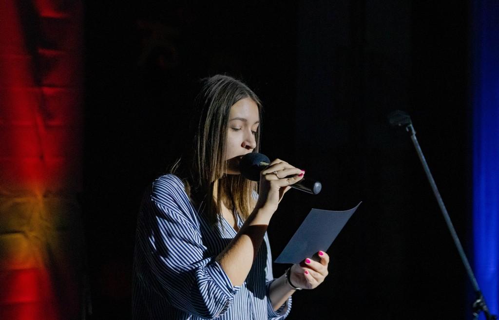 Tjaša Pavlinič Frankovič iz 4. bG med recitacijo pesmi Kajetana Koviča Zbežal bom. Foto: Maj Perko, 4. bG