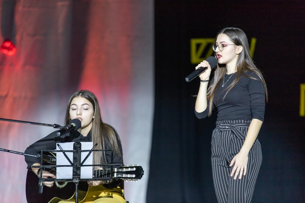Ivona Begović in Kim Riznič iz 2. aG med izvajanjem pesmi skupine Pravila igre Moje roke so ledene. Foto: Tina Stariha, 4. bG