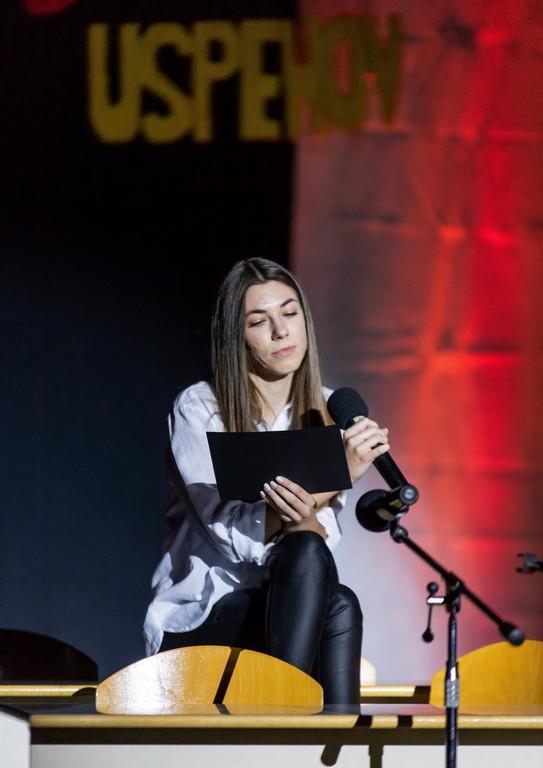 Vesna Šuštarič, 4. bG, ob recitaciji pesmi Andreja Rozmana Roze Ko je jesen. Foto: Tina Stariha, 4. bG