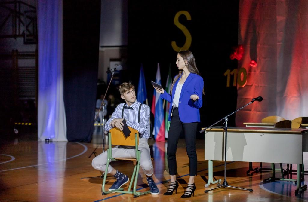 Gal Miketič in Nika Brodarič - voditelja, na trenutke pa tudi igralca. Foto: Tina Stariha, 4. bG