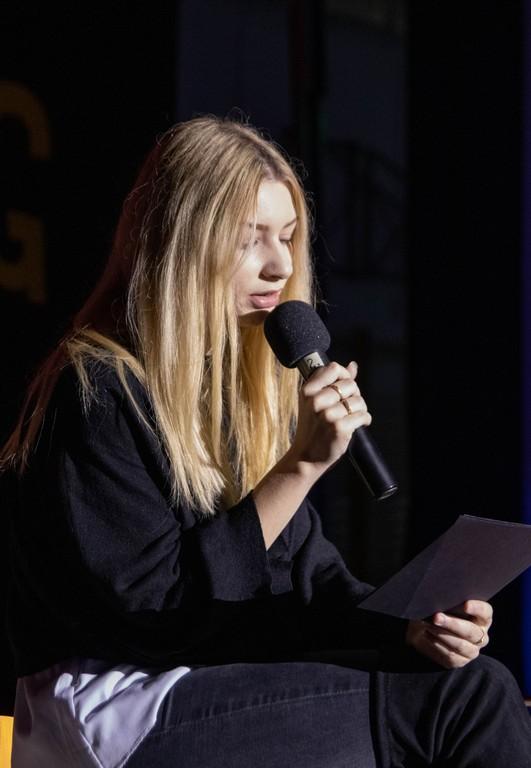 Neja Ramuta, 4. bG, ob recitaciji pesmi Ferija Lainščka Ne bodi, kar nisi. Foto: Maj Perko, 4. bG