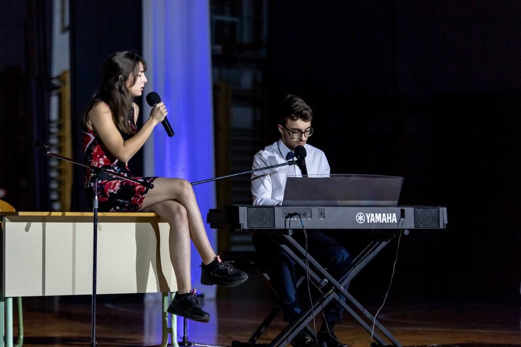 Laura Sterle, 3. aG, in Jože Žunič, 3. ST, ob izvajanju pesmi Žige Jana Poln strahu, da ima nekdo te drug. Foto: Tina Stariha, 4. bG