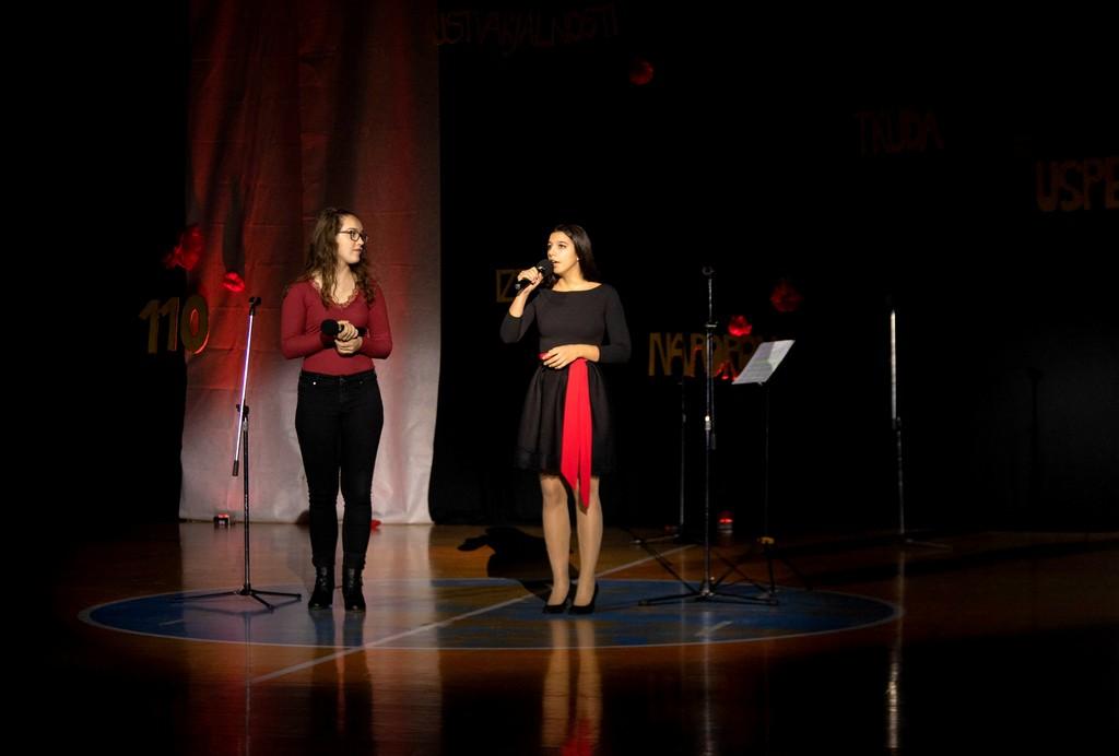 Lara Žohar in Lara Legan iz 3. aG med izvajanjem skladbe Someone you loved Lewisa Capaldija. Foto: Maj Perko, 4. bG