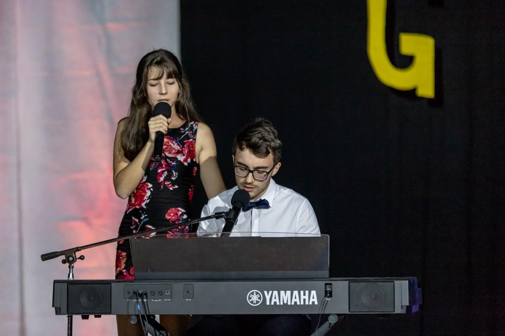 Laura Sterle iz 3. aG in Jože Žunič iz 3. ST ob izvajanju skladbe Lutka skupine S.A.R.S. Foto: Tina Stariha, 4. bG