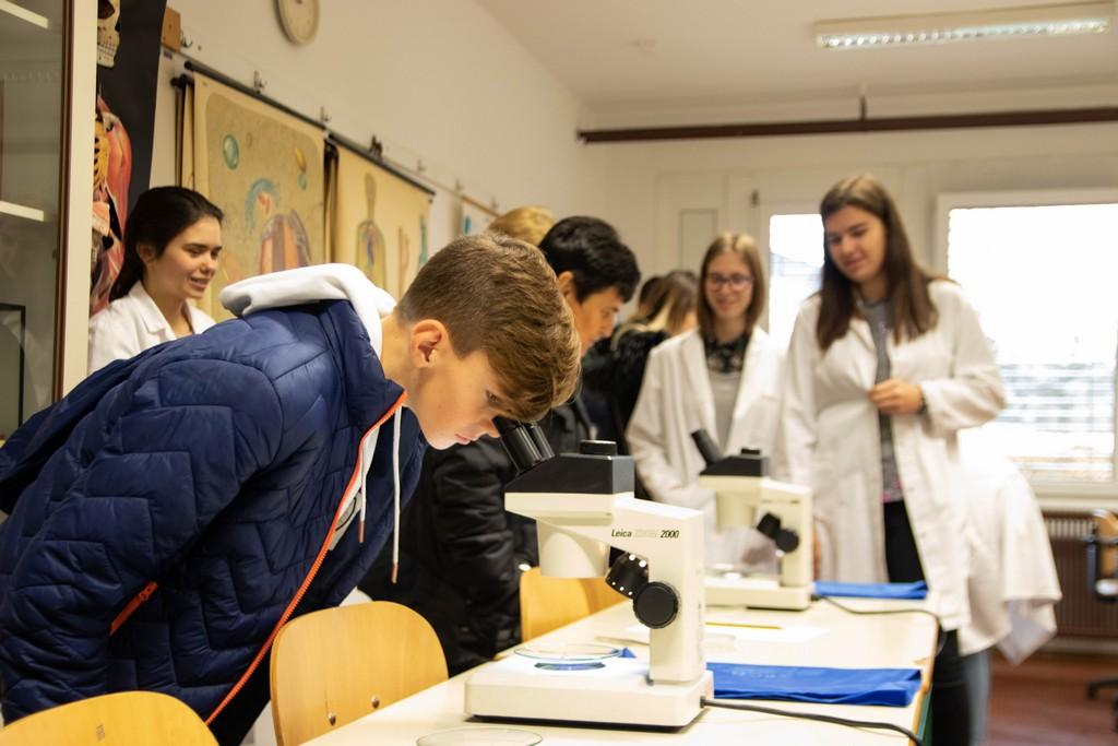 Tanja Smrekar iz 4. aG ter Ida Vraničar in Petra Nemanič iz 4. bG ob predstavitvi pouka biologije v učilnici BIO. Foto: Maj Perko, 4. bG