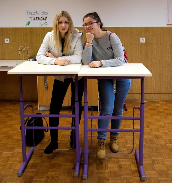 Neja Ramuta in Laura Čurk iz 4. bG ob predstavitvi kinestetičnih miz v učilnici MA1. Foto: Maj Perko, 4. bG
