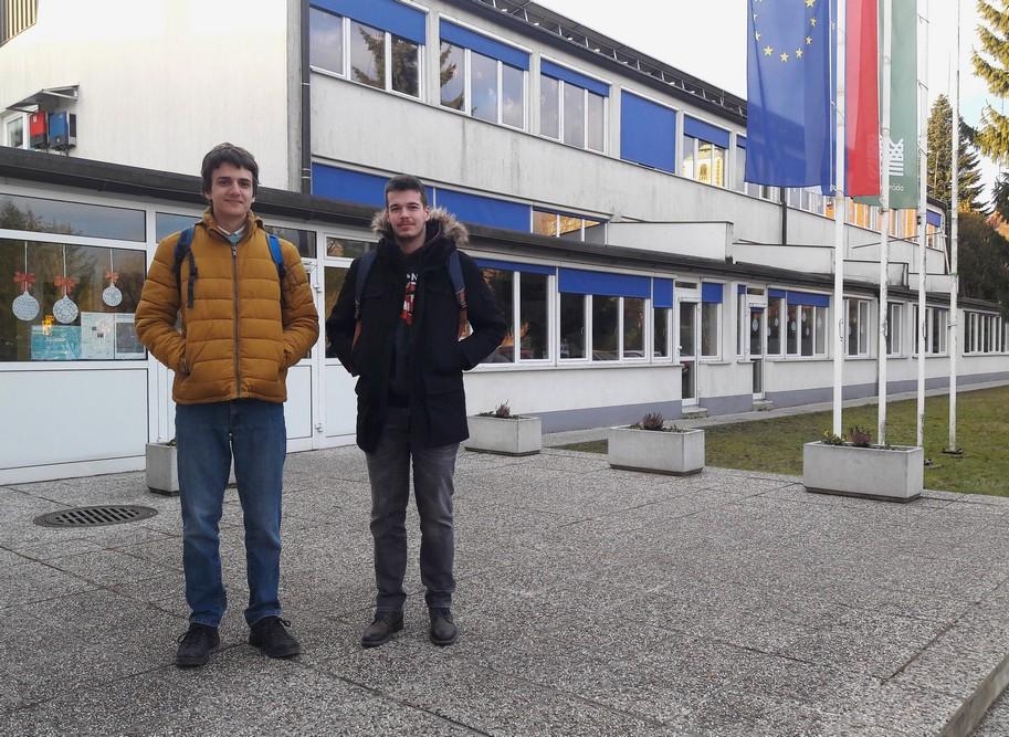 Vid Kavčič, 2. aG, in Anže Rom, 4. aG, pred Osnovno šolo Leskovec pri Krškem. Foto: Tilen Šetina, prof.