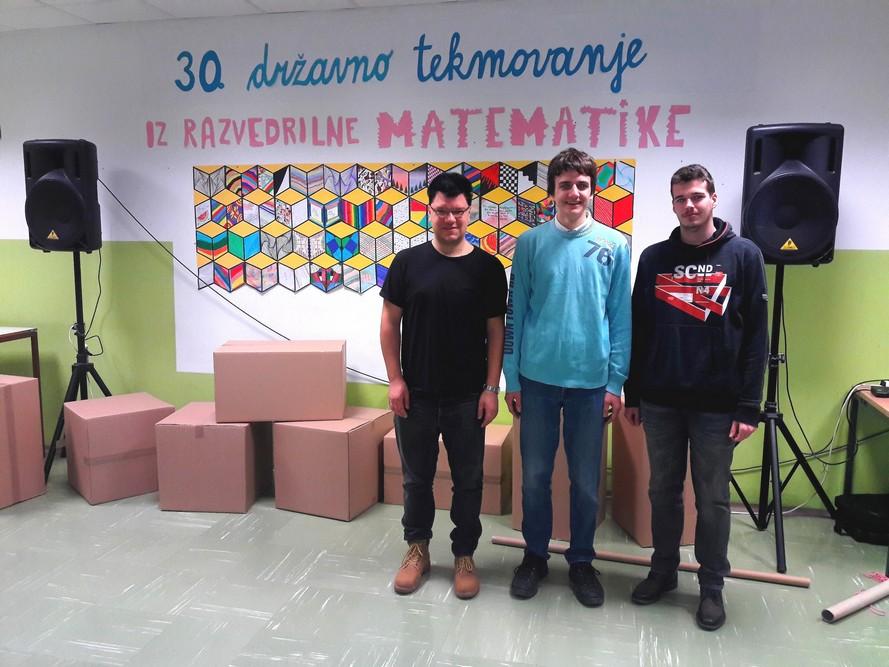 Tilen Šetina, prof., Vid Kavčič, 2. aG, in Anže Rom, 4. aG, pred pričetkom tekmovanja. Foto: mag. Marko Rožič