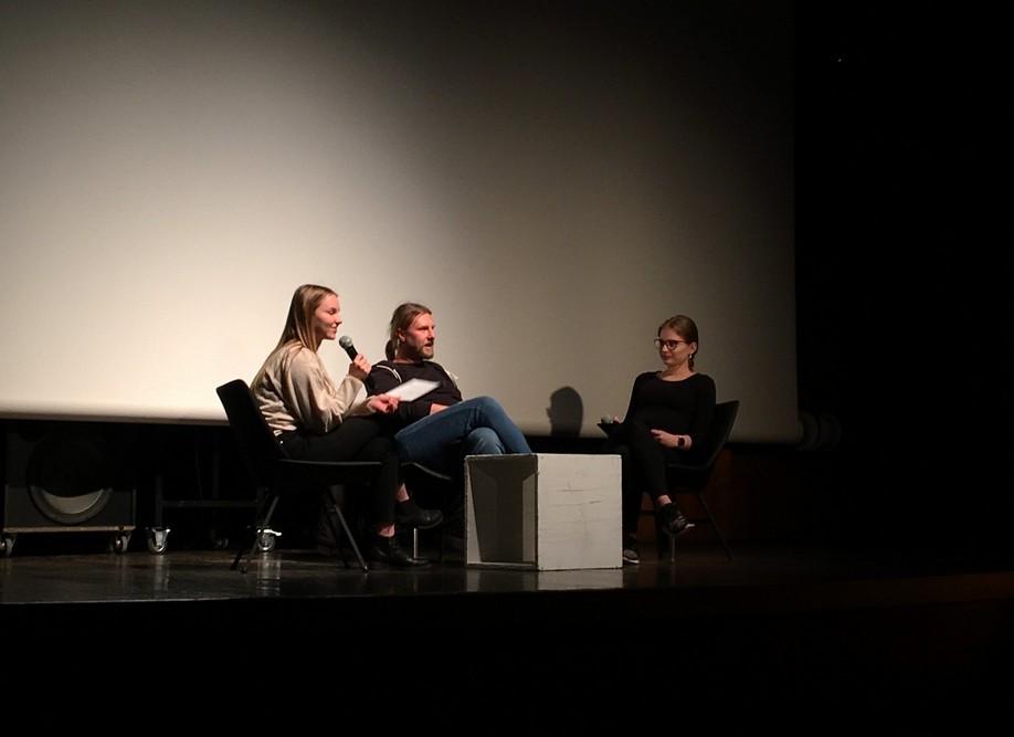 Urška Jurajevčič in Sara Foršček iz 2. aG ob pogovoru z režiserjem Dejanom Babosekom. Foto: Ana Miketič, 3. aG