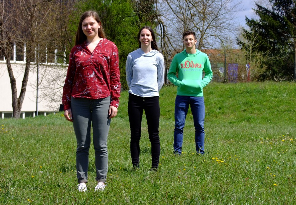 Marija Absec, 4. aG, je osvojila zlato, Ema Prevalšek, 4. aG, in Gal Stopar, 1. aG, pa srebrno priznanje. Foto: Urška Jurajevčič, 3. aG