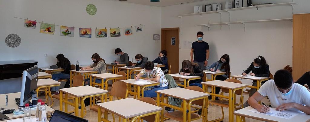 Tekmovalci iz 2. aG, 4. aG in 4. ST so naloge reševali pod nadzorom Tilna Šetine, prof. Foto: Vesna Fabjan, prof.