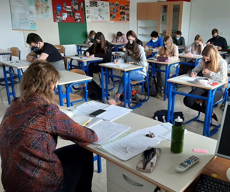 Tekmovanje je potekalo hkrati s Tekmovanjem srednješolcev v znanju matematike za Vegova priznanja, zato so dijaki 2. ST naloge reševali skupaj z gimnazijci iz 1. aG in 2. aG. Nadzorovala jih je Mija Razpotnik, mag. prof. Foto: Vesna Fabjan, prof.