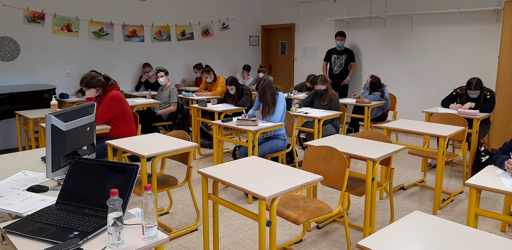Tekmovalci iz 2. bG, 3. aG in 4. aG so naloge reševali pod nadzorom Tilna Šetine, prof. Foto: Vesna Fabjan, prof.
