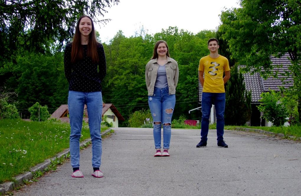 Ema Prevalšek, 4. aG, Marija Absec, 4. aG, in Gal Stopar, 1. aG, so na državnem tekmovanju iz matematike prejeli srebrna Vegova priznanja. Foto: Urška Jurajevčič, 3. aG