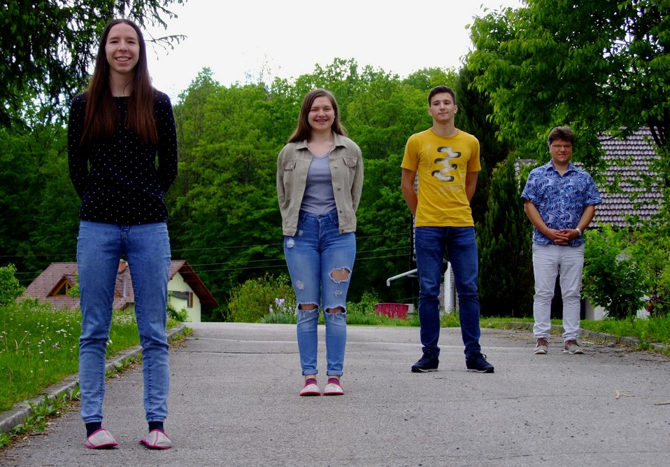 Srebrni matematiki z mentorjem: Ema Prevalšek, 4. aG, Marija Absec, 4. aG, Gal Stopar, 1. aG, in Tilen Šetina, prof. Foto: Urška Jurajevčič, 3. aG